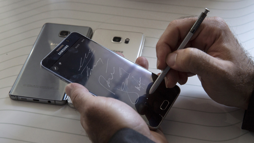man-writes-on-a-samsung-galaxy-note-5